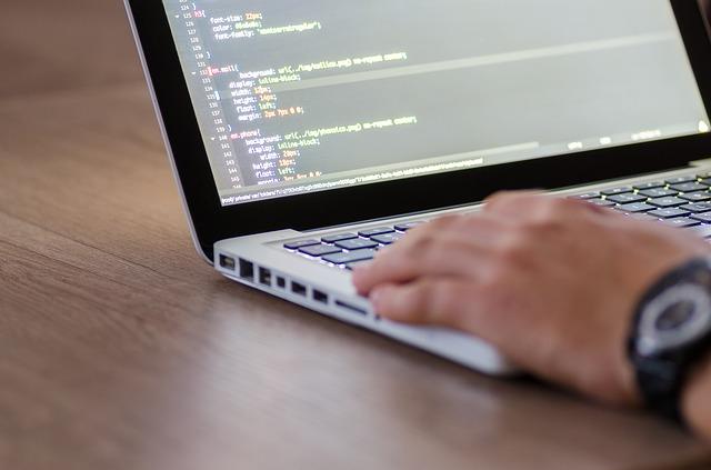 プログラマーの仕事は在宅でもできるの?未経験でもなれる!仕事内容を解説
